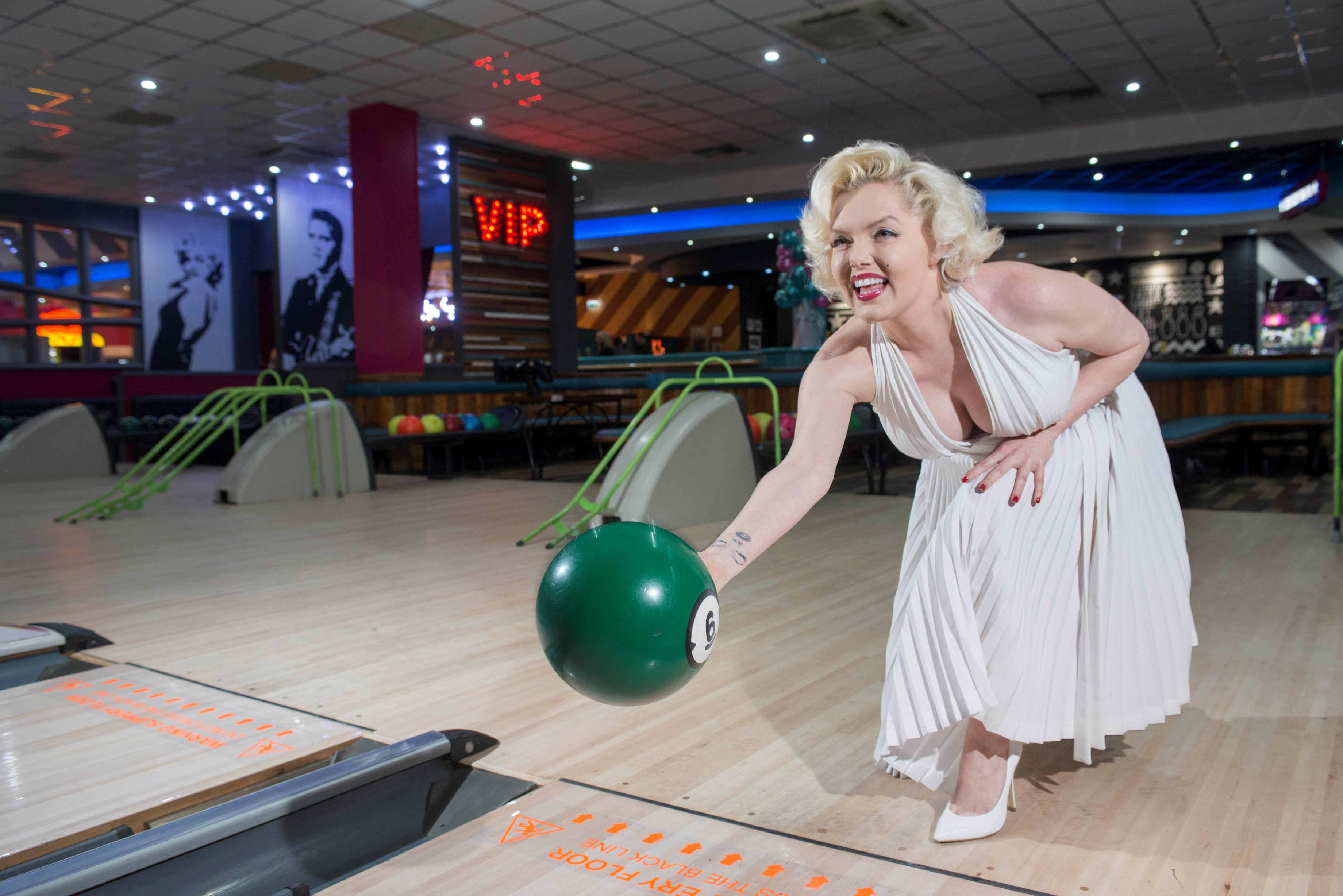 marilyn_bowls_the_first_ball_at_hollywood_bowl_cardigan_fields_following_a_500000_refurbishment_ii.jpg
